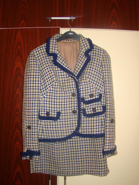 Costum gros din stofa de lana, handmade (anul 1970), marimea 38. PRET 25 RON