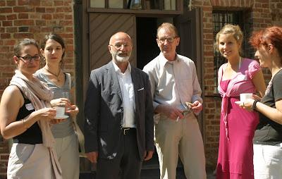 Foto: Herbert Schirmer (l.) mit Fritz Jacobi, dem Kustos i. R. der Nationalgalerie Berlin, der auch zu den Referenten zählte, bei der Kaffeepause mit Studentinnen der Leuphana Universität Lüneburg
