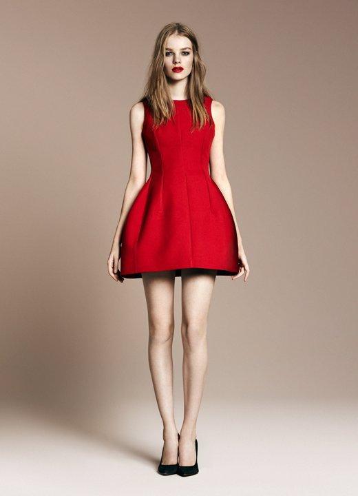 Vestido negro zapatillas rojas