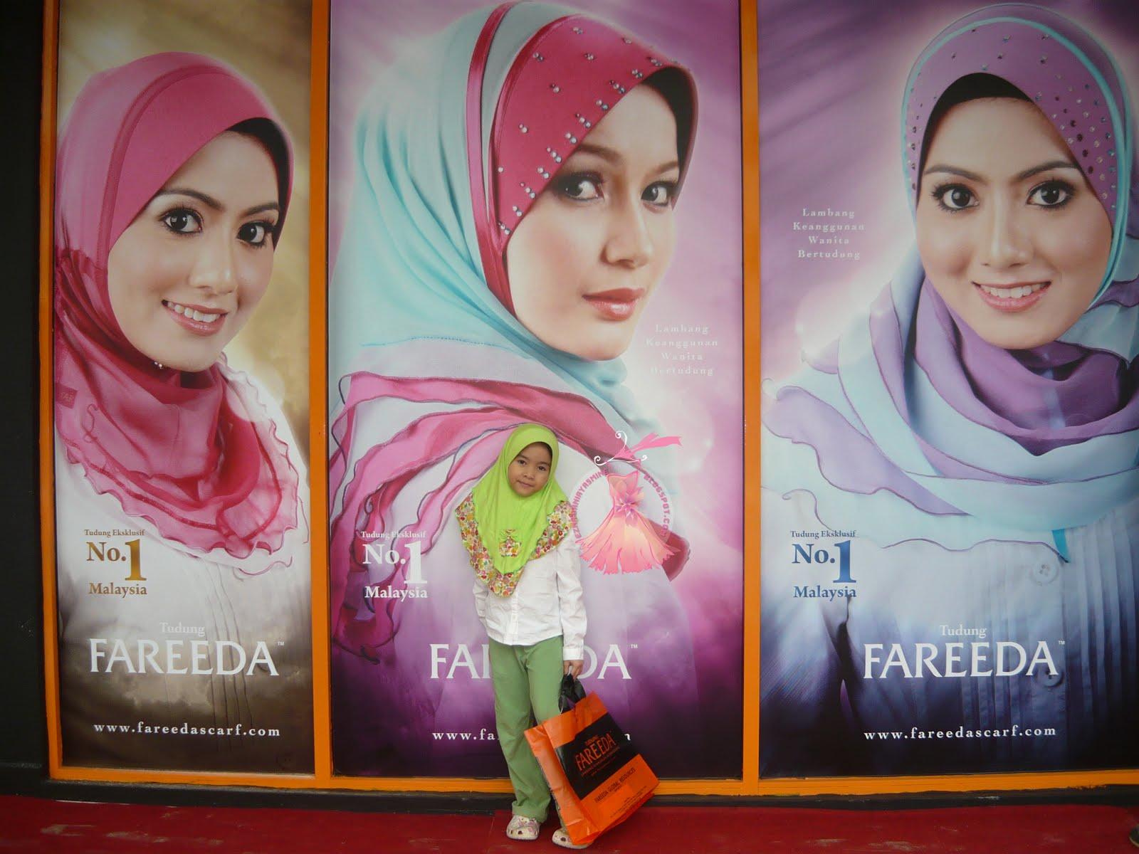 luar butik Fareeda Seksyen 7, Shah Alam bergaya dengan tudung Fareeda