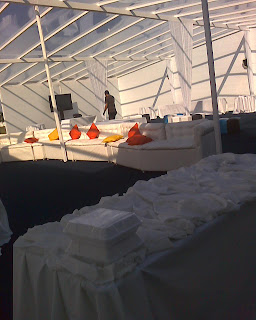 Aluguel de tendas com fechamentos laterais e de fundo com climatização.