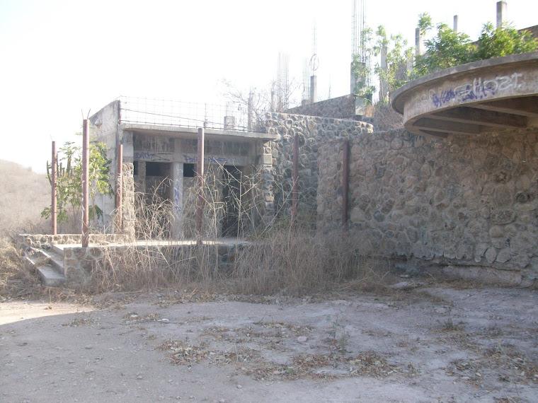 Finca semiconstruida y abandonada en un cerro de Culiacán