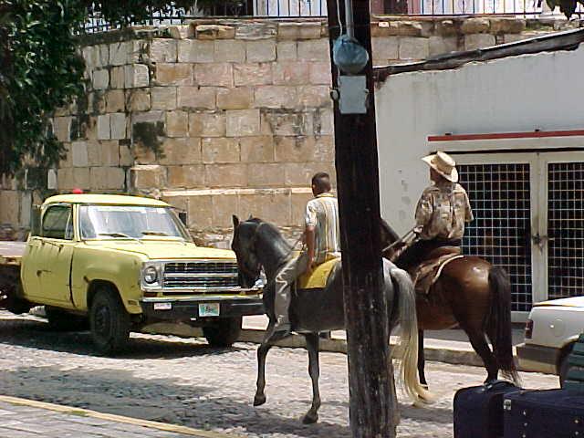 Jinetes por las calles del pueblo magíco de Cosalá