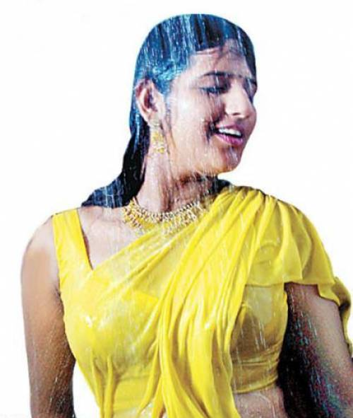 Tamil Desi Mallu Aunty Show Blouse Boobs In Rains