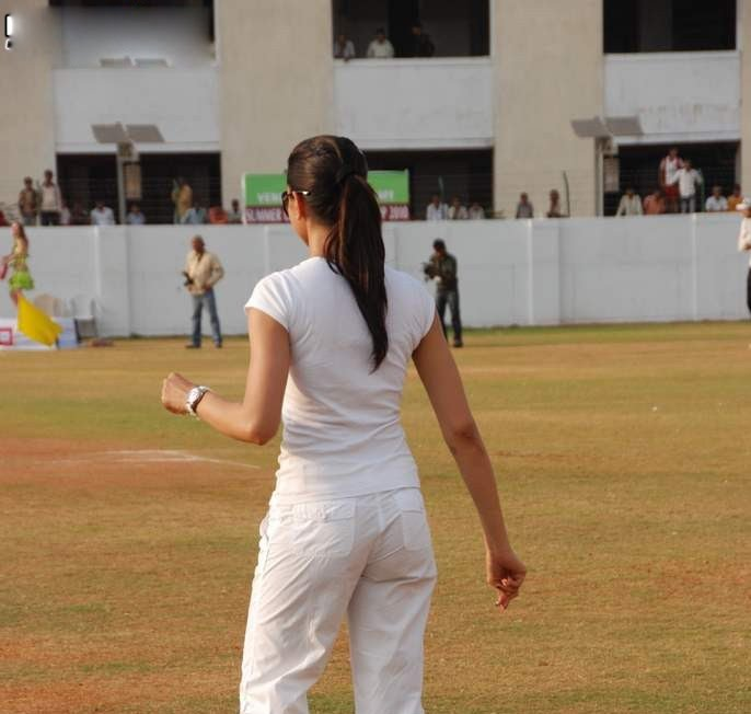 deepika padukone in cricket match played role in houseful movie hot images