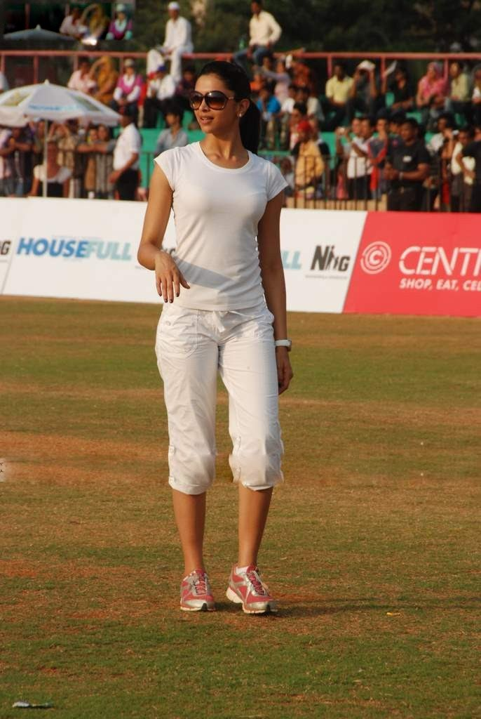 deepika padukone in cricket match played role in houseful movie latest photos