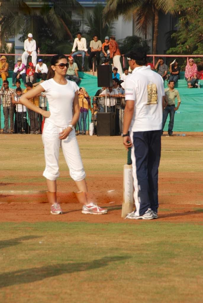 deepika padukone in cricket match played role in houseful movie photo gallery