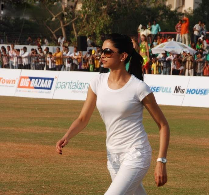 deepika padukone in cricket match played role in houseful movie unseen pics