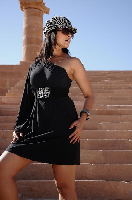 Anushka Shetty thigh show in Short Skirts, Tollywood Girls Online