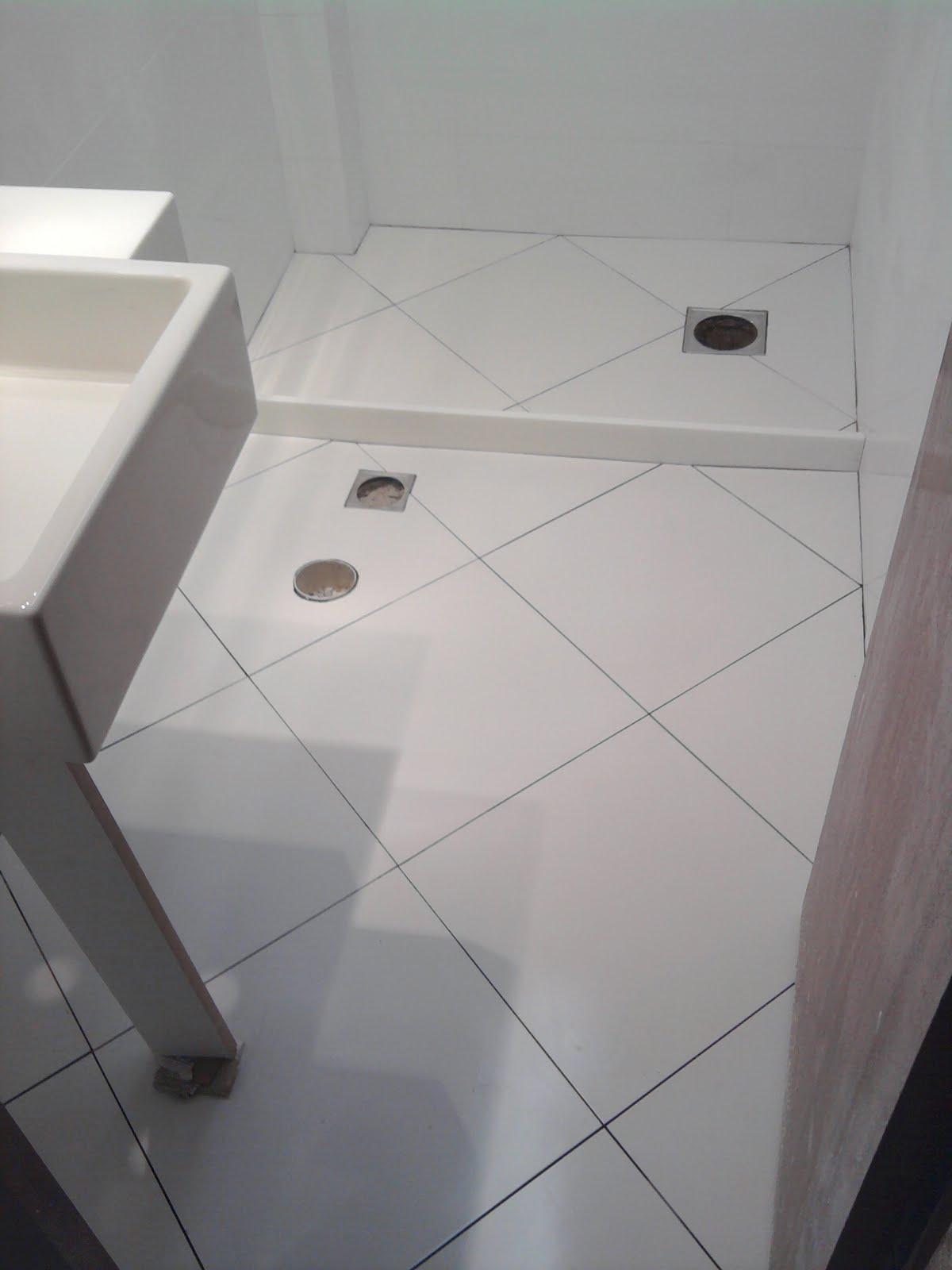 piso prontinho faltando só rejuntar (a pedra do box tb é de  #6C675F 1200x1600 Banheiro Com Piso De Porcelanato Preto