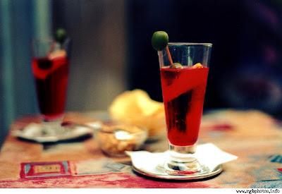 Fotografia di bicchiere di aperitivo san bitter con oliva