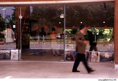 Fotografia di vetrina di negozio con passante al telefono. Macchina fotografica Nikon Fm3a, ottica vivitar 28-105 f:2.8-3.8 Serie 1