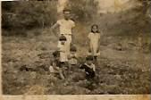 """En """"Peña Negra"""", más arriba de nuestra casa, saliendo para El Hato. Foto de 1947."""