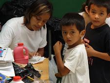 Paulina Rios, integrante del equipo de la fundación, con los niños en pleno taller de pintura