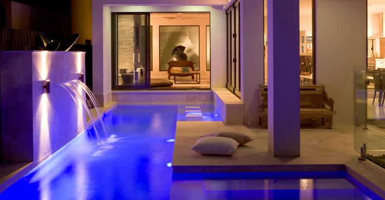 Casas minimalistas y modernas piscinas en patio interior for Casa minimalista con alberca