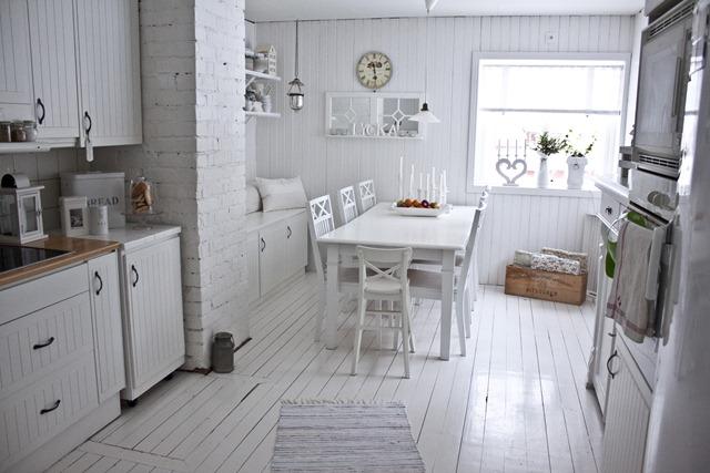 Estilo rustico mesas y sillas blancas en suecia for Mesas de cocina blancas y madera