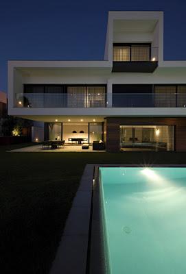 Casas minimalistas y modernas piscinas modernas iluminadas for Piscinas modernas minimalistas
