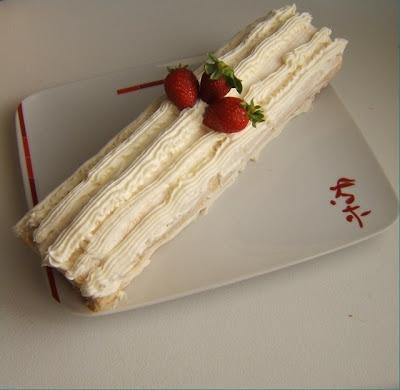 Pionono con crema y frutillas (brazo gitano con nata y fresas)