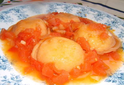 Sorrentinos caseros con masa de tomates y rellenos de pollo / Sorrentinos (raviolis fait maison) rouges ( base de pte  la tomate), farcis au poulet