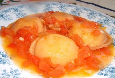 Sorrentinos caseros con masa de tomates y rellenos de pollo / Sorrentinos (raviolis fait maison) rouges (à base de pâte à la tomate), farcis au poulet