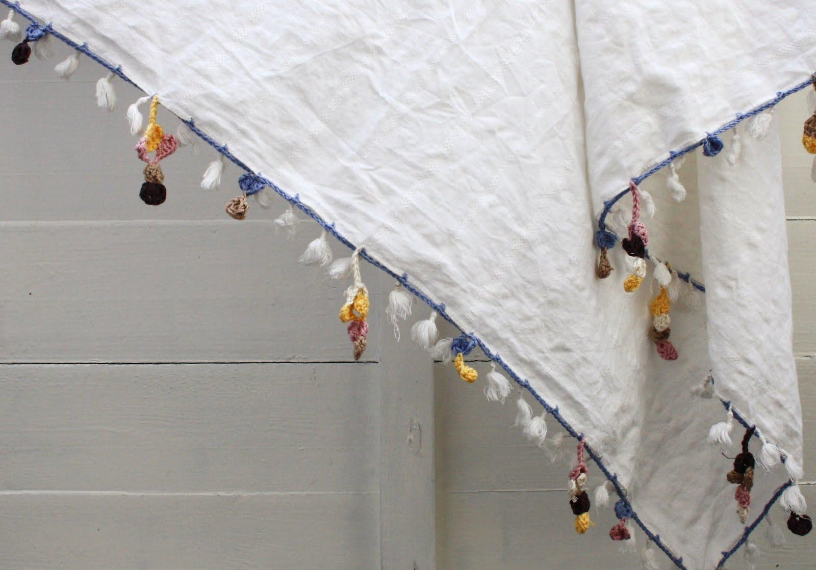 Mun simppeliin valkoiseen neliön malliseen huiviin on virkattu nelosen  koukulla ja koukkuun sopivilla puuvillalangoilla  tumma ja vaalea ruskea 990be2da57
