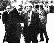 Horkeimer (izq) y Adorno en primer plano. Detrás Habermas. Foto de 1965.