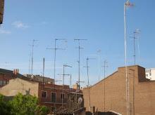 En los tejados de las casas han crecido antenas