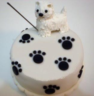 bolo com pegadas e um cachorrinho