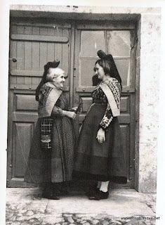 La Petrilla con una joven candelaria