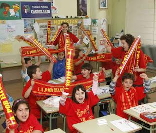 niños de Candelario Salamanca apoyando a la roja