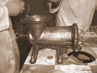 Picando la carne para hacer chorizo de Candelario Salamanca