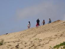 Curumins caminhando nas dunas de Icaraí