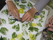 Pelajar PMR Baiduri sedang menghasilkan projek Seni Cetakan Flora