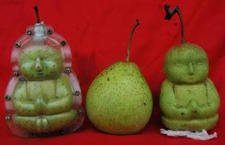 Фигурное плодоводство. Фигурка, полученная при созревании груши в специальной формочке.