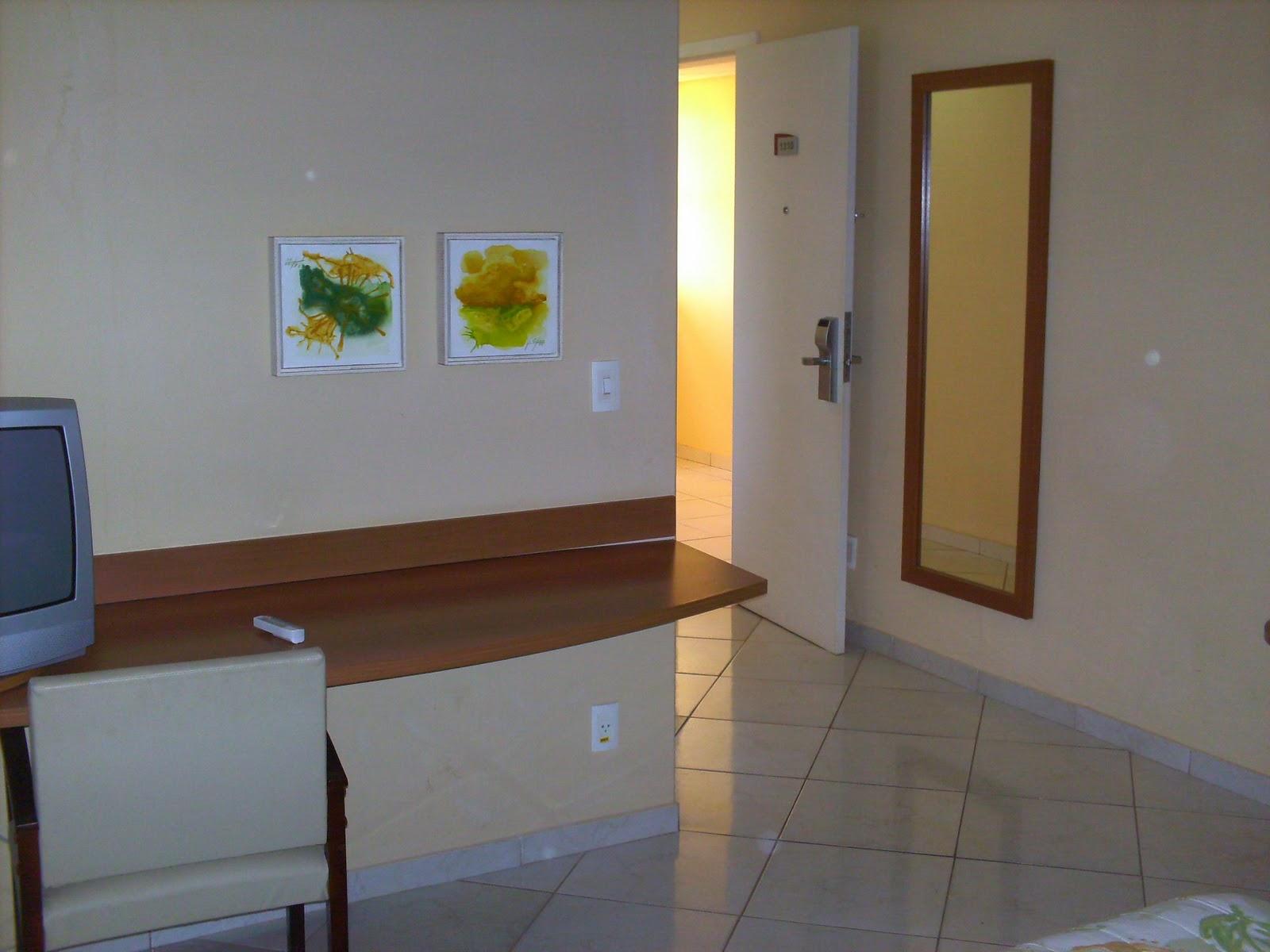 cama de casal banheiro com hidro massagem ante sala com sofá e tv #ABBB10 1600x1200 Banheiro Casal Com Hidro