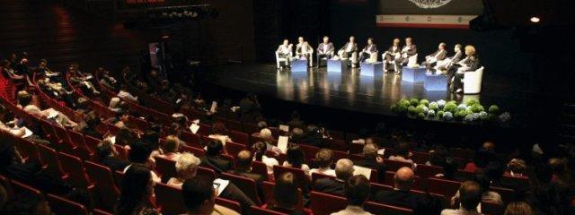 Sesja plenarna w gmachu Opery krakowskiej w oczekiwaniu na przylot H. Clinton