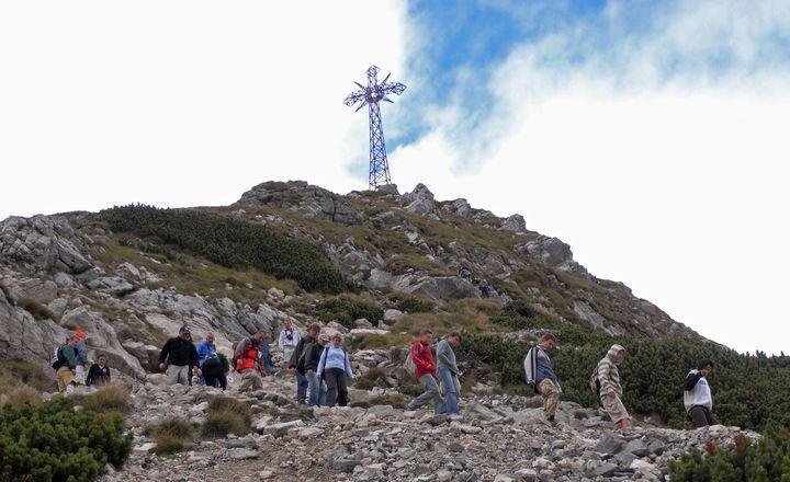 Turysci porazeni piorunem pod krzyzem na Giewoncie