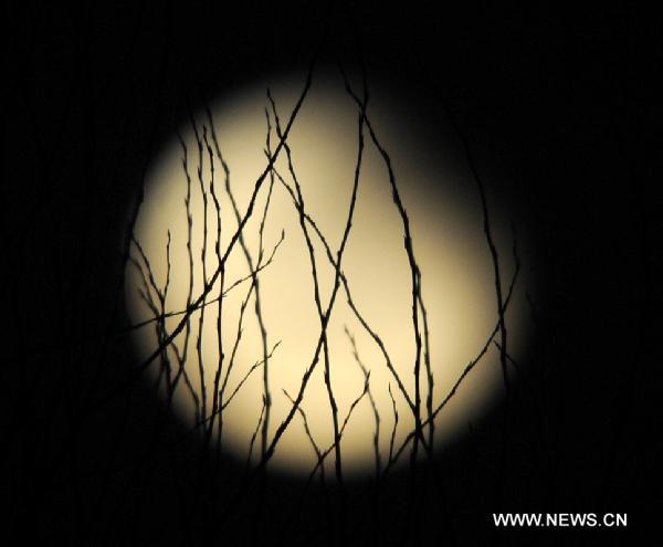 Zacmienie ksiezyca 21 grudnia, 2010 nad prowincja Henan w Chinach