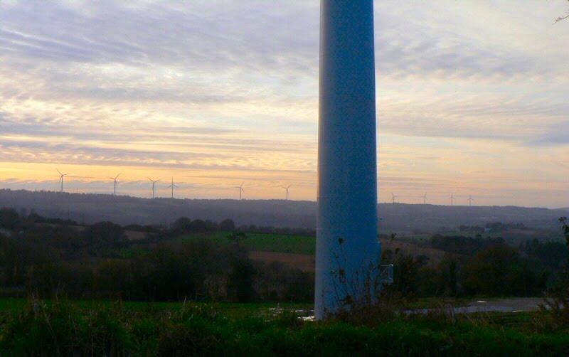 Vue sur les éoliennes de Châteaulin