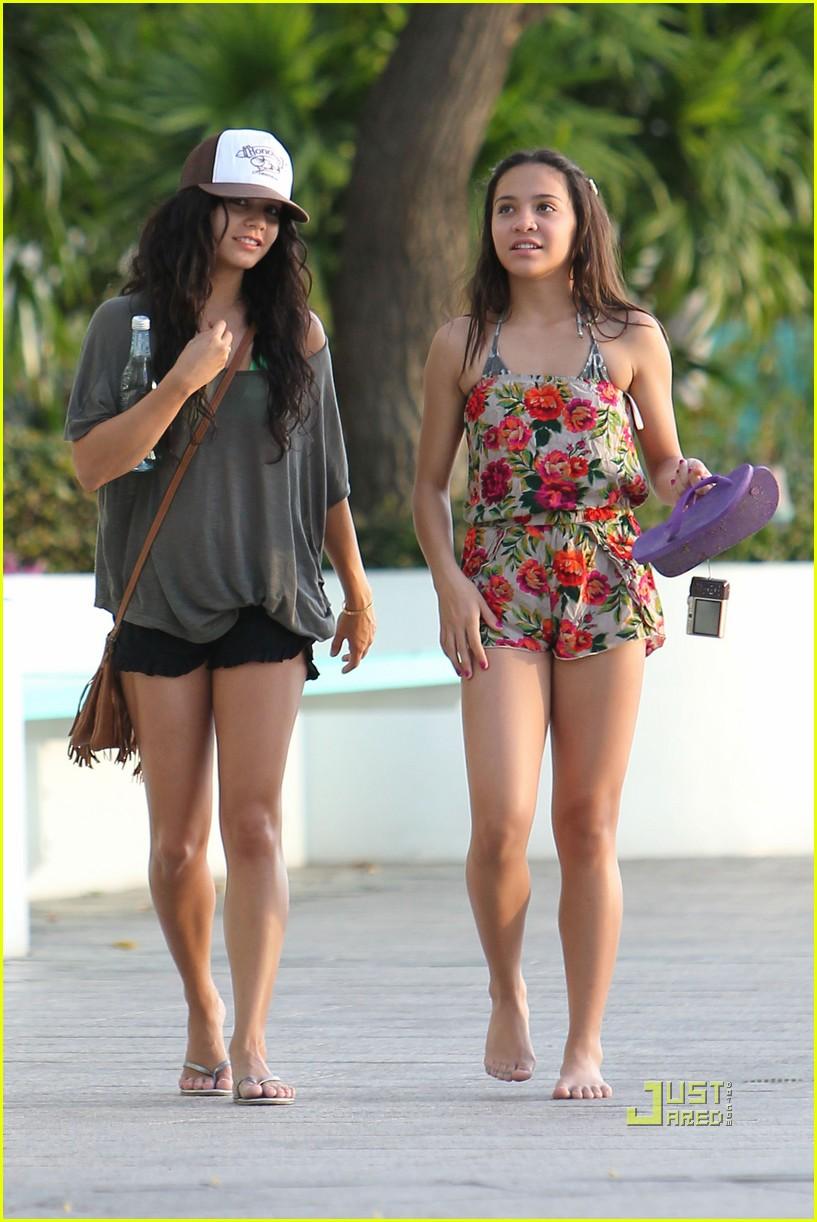 Disney Stars Vanessa Hudgens En Hawai
