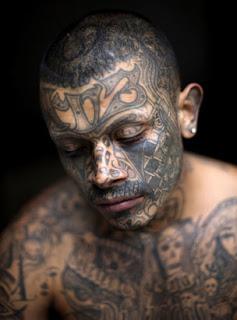 2) Tatuajes y colores. El Barrio XV3 se caracteriza por tatuajes propios del grupo
