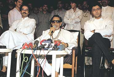 Samna Marathi News Paper http://pathakprateek.blogspot.com/2009/11/why-thackeray-family-is-angry-from.html