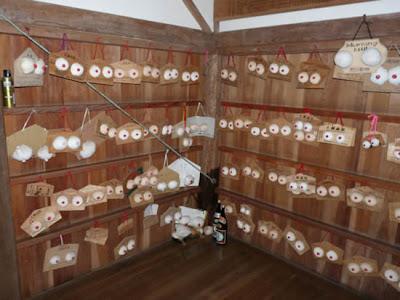 Japan breast shrine 03 Kuil Karube: Tempat Penyembah Dewi Payudara Wanita