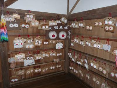 Japan breast shrine 01 Kuil Karube: Tempat Penyembah Dewi Payudara Wanita