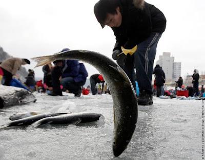 http://1.bp.blogspot.com/_mmBw3uzPnJI/S0yJv4lvYYI/AAAAAAAA9do/VRlZgPw99WE/s400/ice_fishing_12.jpg