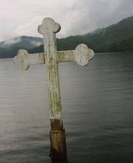 http://1.bp.blogspot.com/_mmBw3uzPnJI/THZj9QmLOOI/AAAAAAABjBY/SVgepnUODJ0/s1600/underwater_church_01.jpg