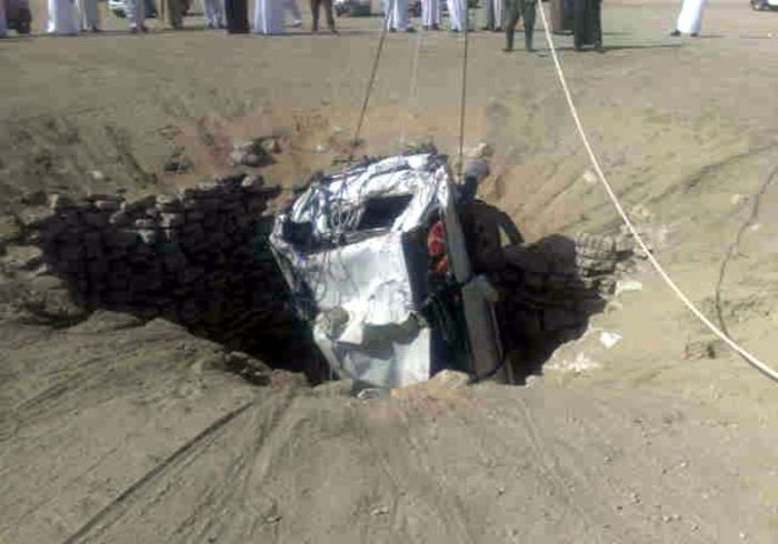 http://1.bp.blogspot.com/_mmBw3uzPnJI/TIT4WPDGQhI/AAAAAAABk1s/tyNJ0plChsA/s1600/car_fall_into_well_in_saudi_arabia_04.jpg