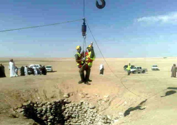 http://1.bp.blogspot.com/_mmBw3uzPnJI/TIT4c5CDGdI/AAAAAAABk18/mrleOMEgVZU/s1600/car_fall_into_well_in_saudi_arabia_02.jpg