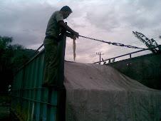 Petugas PAMHUT memasang Police Line