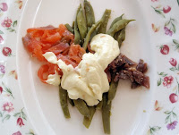 ensalada de judías verdes, salmón y anchoas con salsa de queso